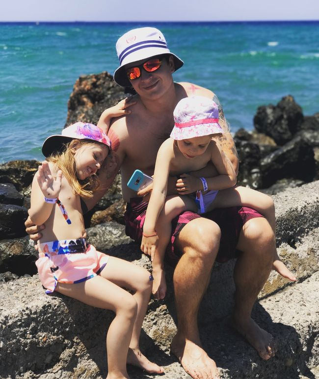 Греческие каникулы: Анатолий Анатолич отдыхает с семьей на Крите