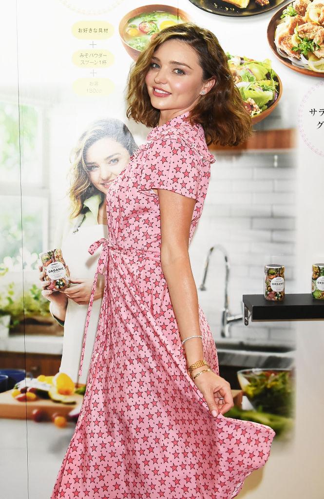 Миранда Керр восхитила милейшим образом в розовом платьице