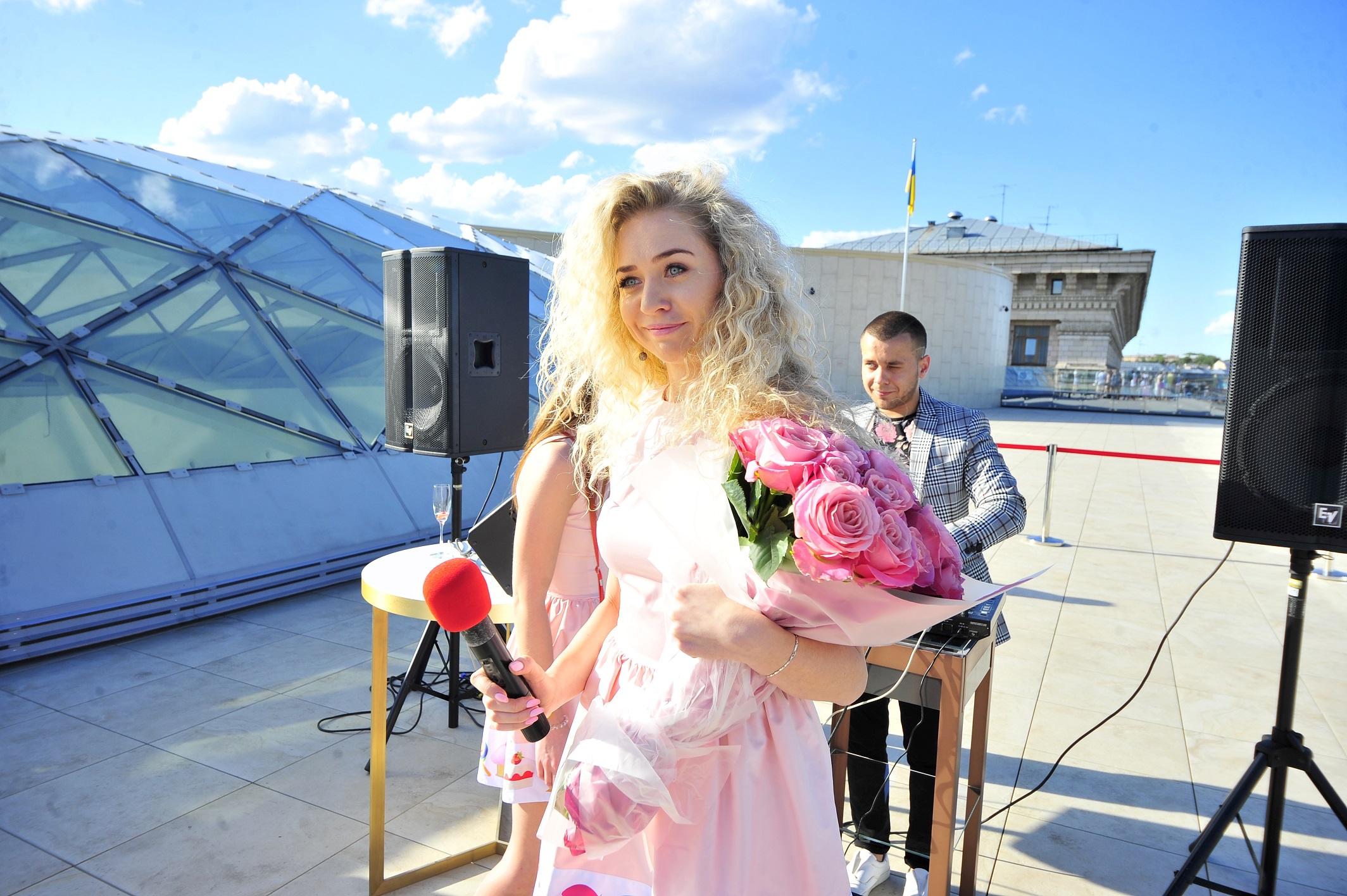 Анастасия Иванова в свой день рождения подарила 250 платьев