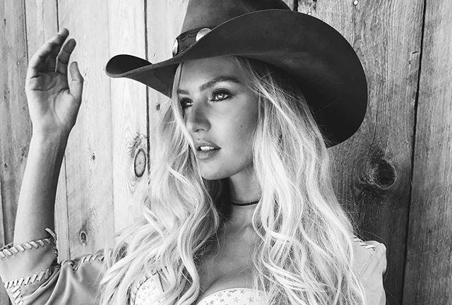 Горячо: Кэндис Свейнпол снялась в сексуальном костюме ковбоя
