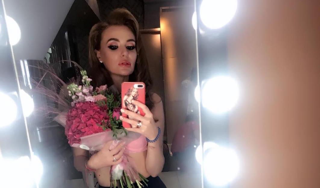 СЕксуальная домохозяйка: солистка «Неангелов» Слава Каминская убирает дома в кружевном белье