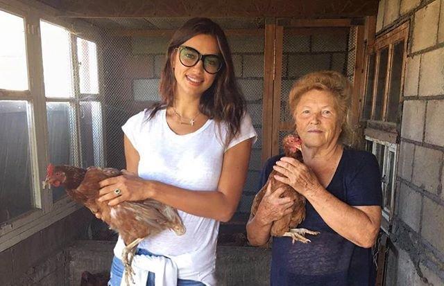 Каникулы у бабушки: Ирина Шейк засыпала сеть снимками с деревни
