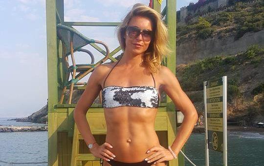 Марина Узелкова позирует в бикини