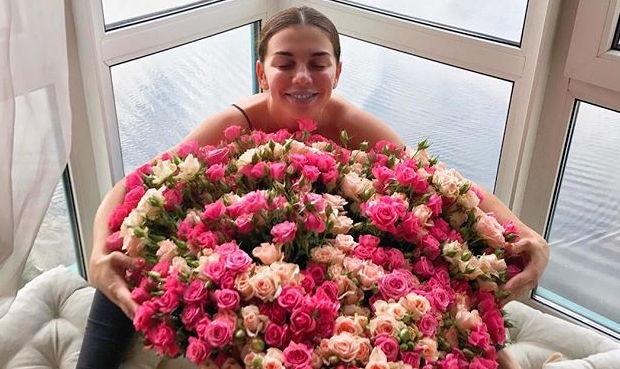 Неужели свадьба? Анна Седокова позирует в наряде невесты
