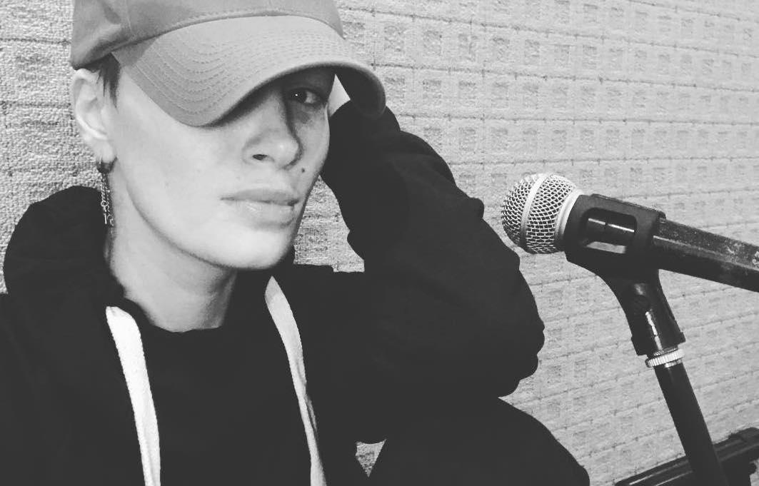 Жертвы ради творчества: Анастасия Приходько в клипе побрилась налысо