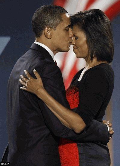 Барак Обама целует жену Мишель