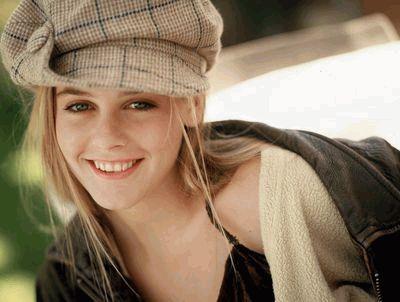 Алисия Сильверстоун улыбается