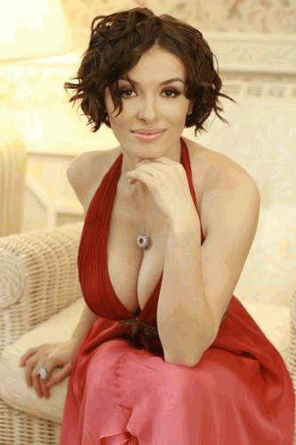 Надежда Мейхер в красном платье