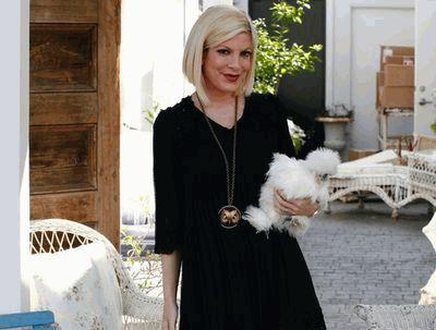 Тори Спеллинг с попугаем-курицей