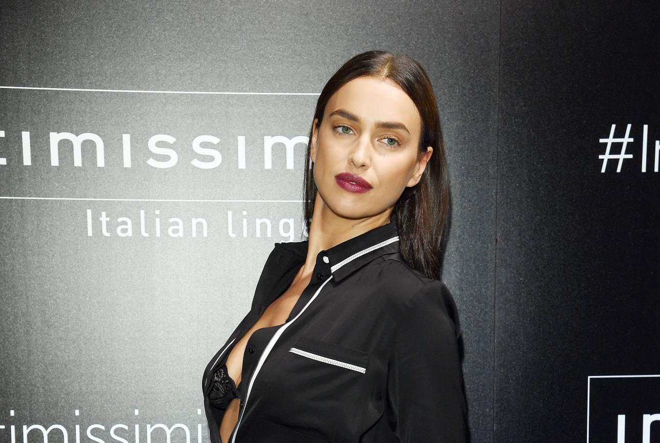 Просто и сексуально: Ирина Шейк вышла в свет в пижаме