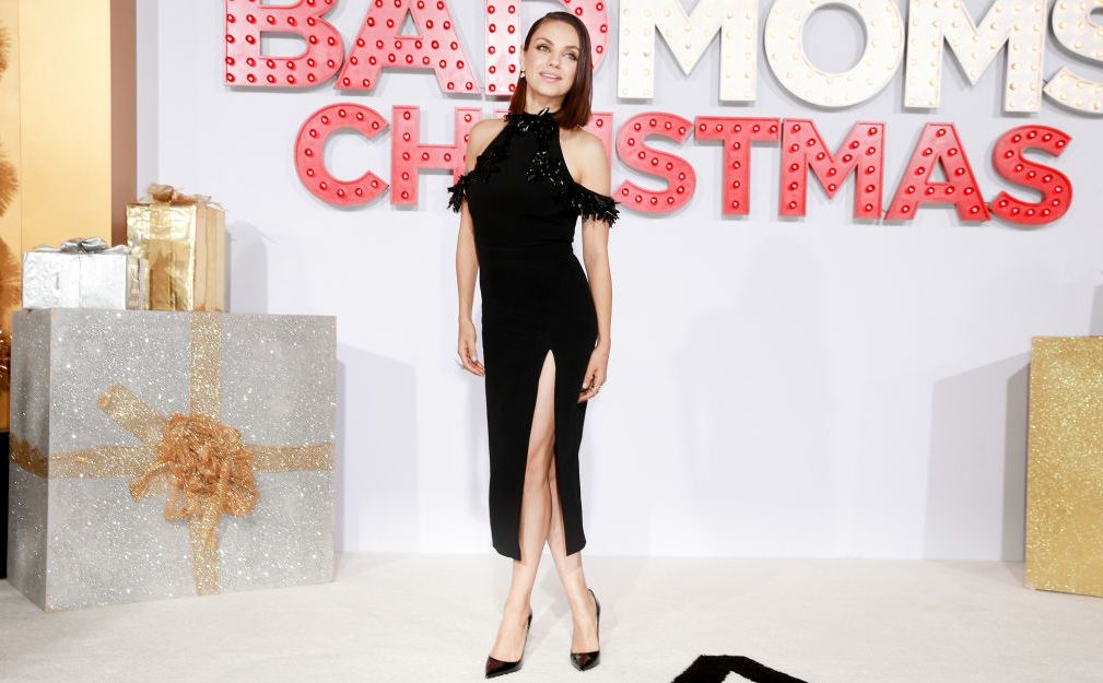 Мила Кунис подчеркнула точеную фигуру элегантным платьем с высоким разрезом