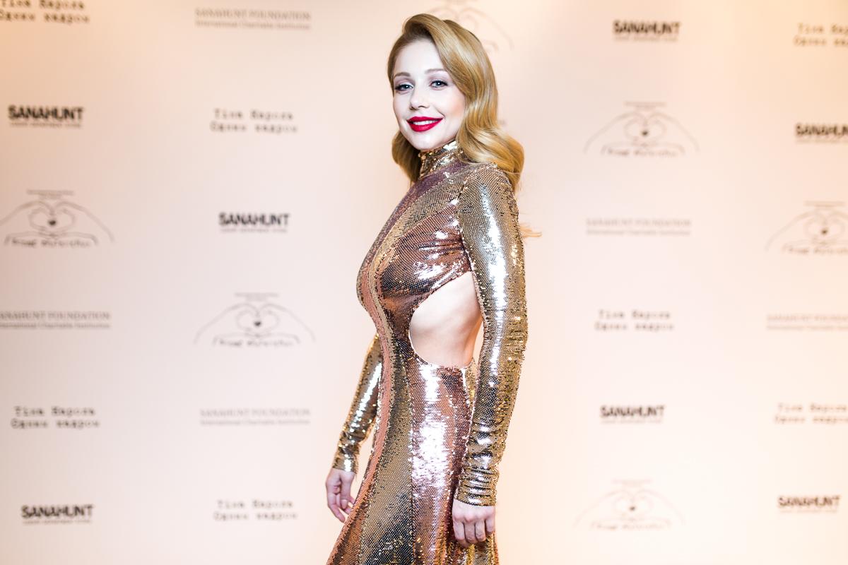 Тина Кароль в платье Emilio Pucci и ботильонах Balenciaga