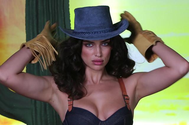 В шляпе и откровенном боди: Ирина Шейк примерила образ сексуального ковбоя