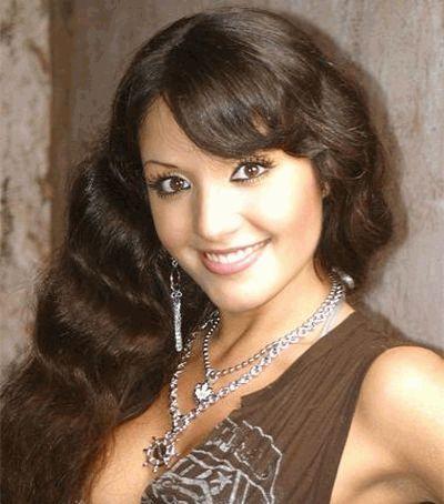Алина Завальская улыбается