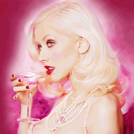 Кристина Агилера с бухлом на розовом фоне