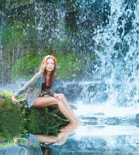 Тетка в водопад втыкает
