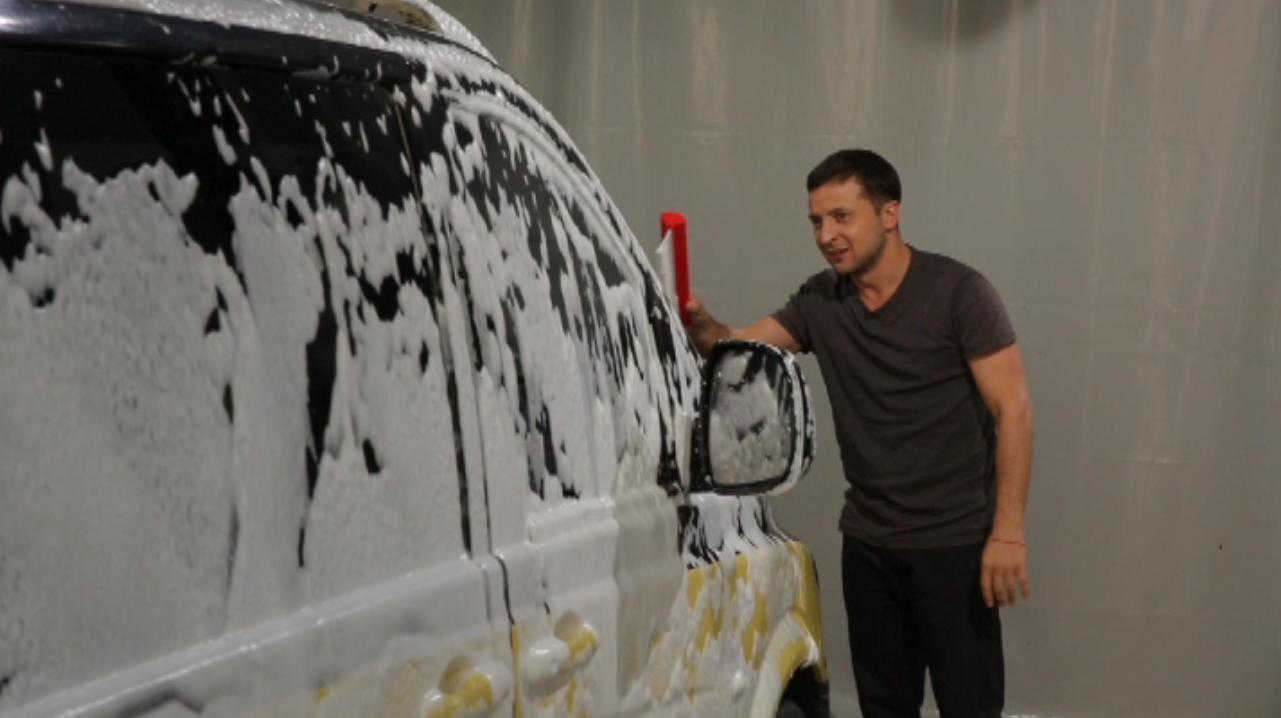 Вот так сюрприз: Владимир Зеленский помыл машину неизвестному парню