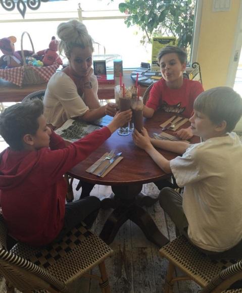 Семейный день: Бритни Спирс веселится с детьми