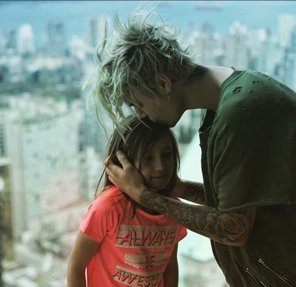 Любящий брат: Джастин Бибер веселится с малышкой-сестрой