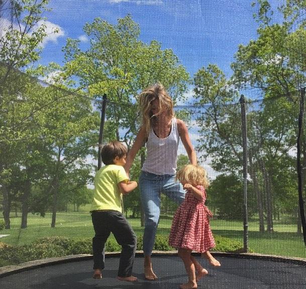 Семейные радости: Жизель Бундхен показала личные фото с детьми и мужем