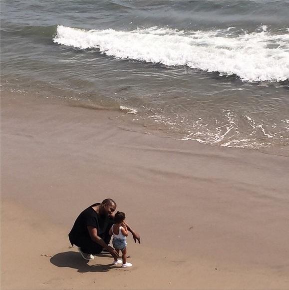 Любящий отец: Канье Уэст играет с дочерью Норт на пляже