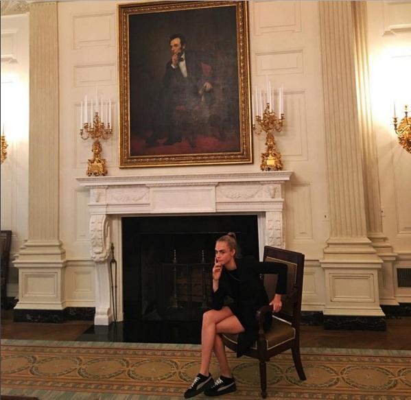 Никакой серьезности: Кара Делевинь удивила поклонников забавными снимками с Белого дома