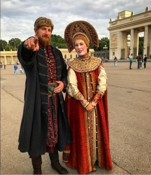 Кокошник, лицо в белой пудре и русский народный костюм: Ксения Собчак взорвала сеть новым образом