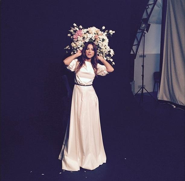 Девушка-весна: Ани Лорак позирует в цветах