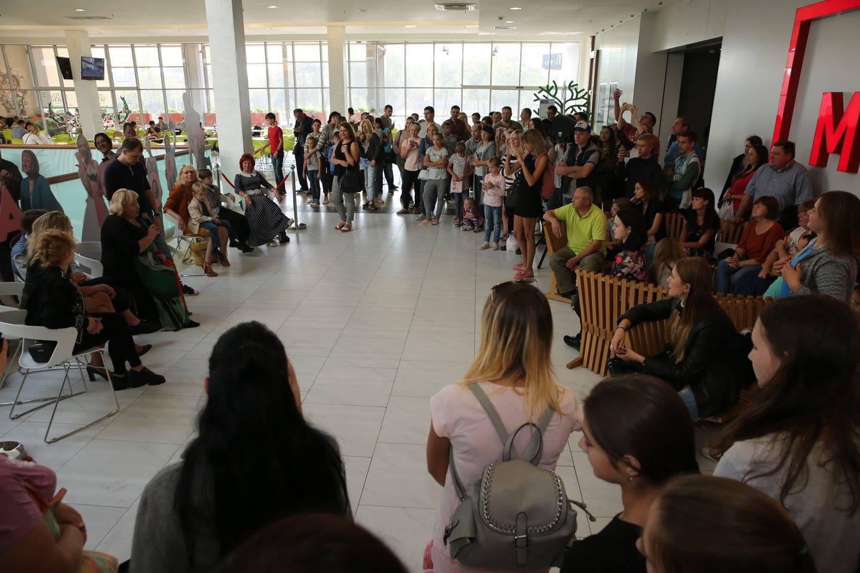 Как встретили украинских актеров сериала Коли ми вдома в ТРК Проспект
