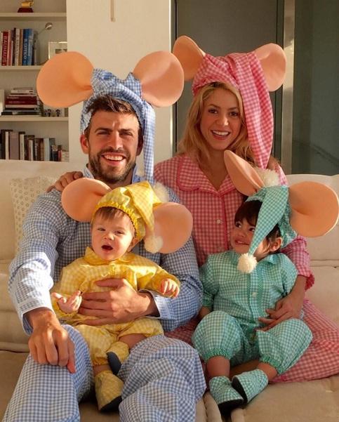 Мультяшное семейство: Шакира и Жерар Пике с сыновьями позируют в костюмах мышат