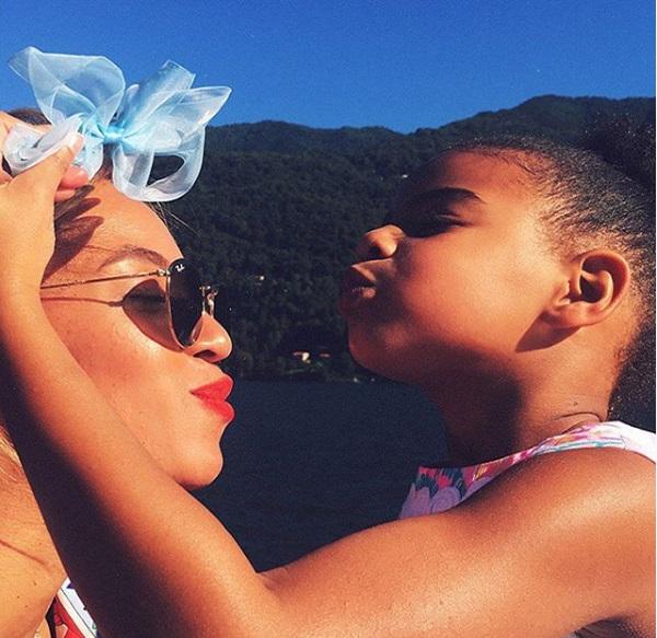 Бейонсе опубликовала нежные фото с супругом и дочерью