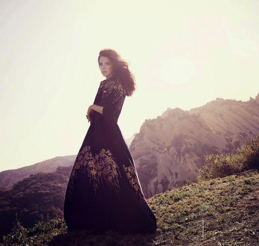 Лана Дель Рей демонстрирует красоту в новой фотосессии