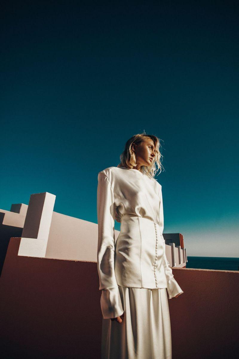 Новая Ева Бушмина: Layah сняла чувственный клип на берегу моря в Испании