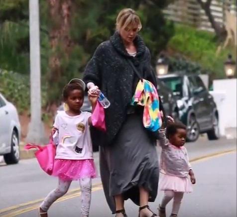 Плохая мать: фанаты осуждают Шарлиз Терон за то, что она одевает сына в платья