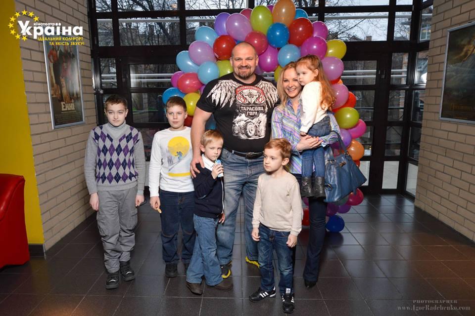 Василий Вирастюк с детьми Адамом и Олегом, Дарья Трегубова с дочерью Полиной