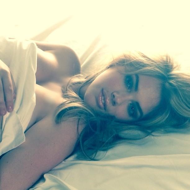 Кейт Аптон позирует топлесс