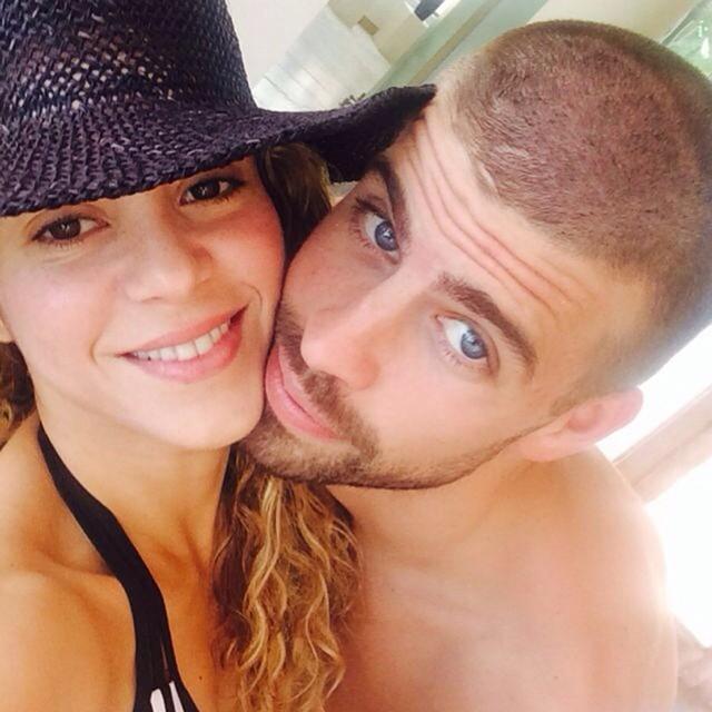 Шакира позирует со своим женихом