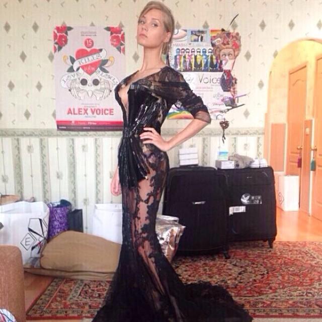 Кристина Асмус позирует в прозрачном платье с ультраглубоким декольте