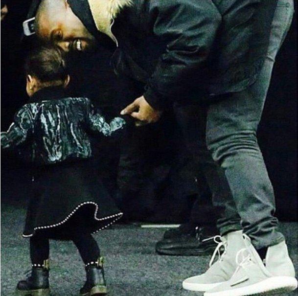 Маленькая модница: дочь Канье Уэста и Ким Кардашьян появилась в эксклюзивном наряде от Alexander Wang