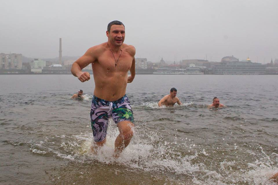 Владимир и Виталий Кличко окунулись в ледяную воду