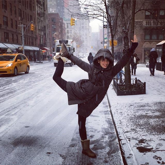 Жена Алека Болдуина занимается йогой в самых невероятных местах!