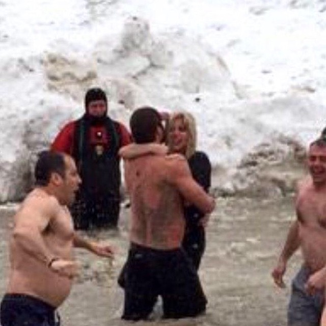 Мокрые и счастливые: Леди Гага искупалась с бойфрендом в ледяной воде