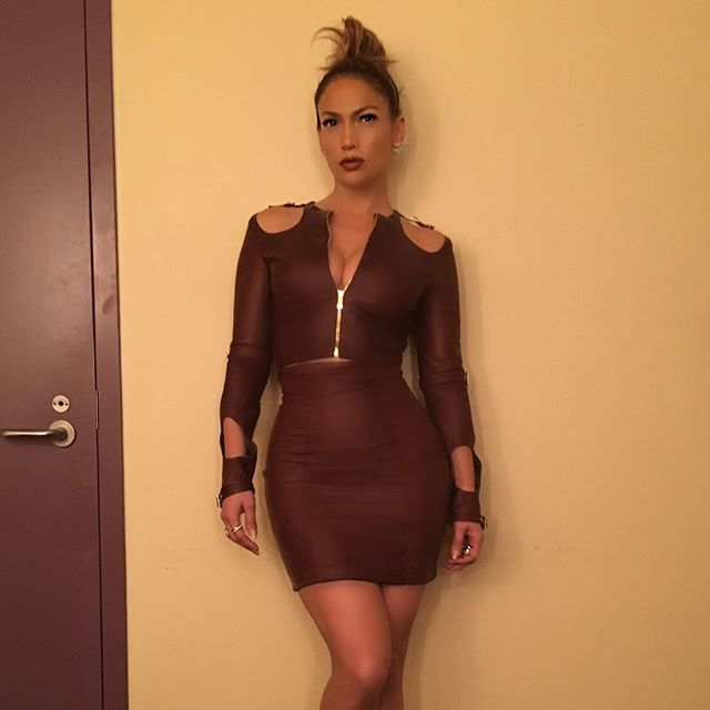 """Дженнифер Лопес продемонстрировала """"горячую"""" фигуру в обтягивающем наряде"""