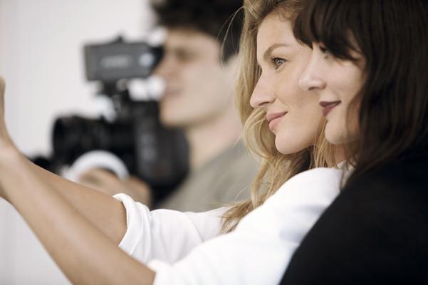 Видео: Жизель Бундхен рассказала Chanel о своих секретах красоты