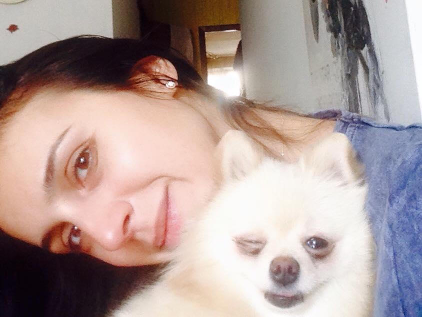 Джамала позирует без макияжа с любимым другом - белоснежной собачкой