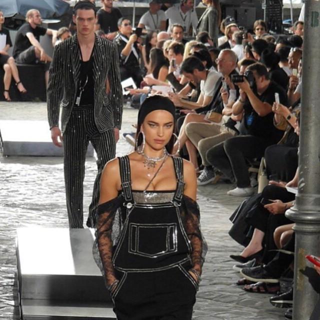 Ирина Шейк удивила публику неожиданным образом на показе Givenchy