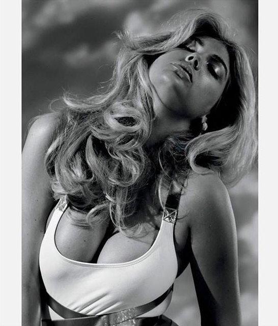 Сексуальная Кейт Аптон показала роскошную грудь в новой фотосессии