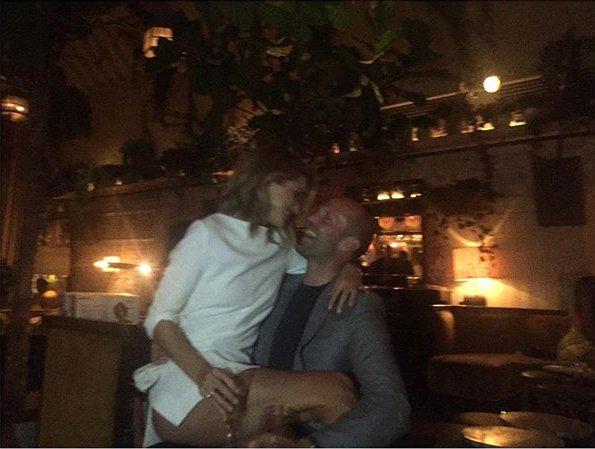 Безудержное чувство: Джейсон Стэтхэм носит Роузи Хантингтон-Уайтли на руках