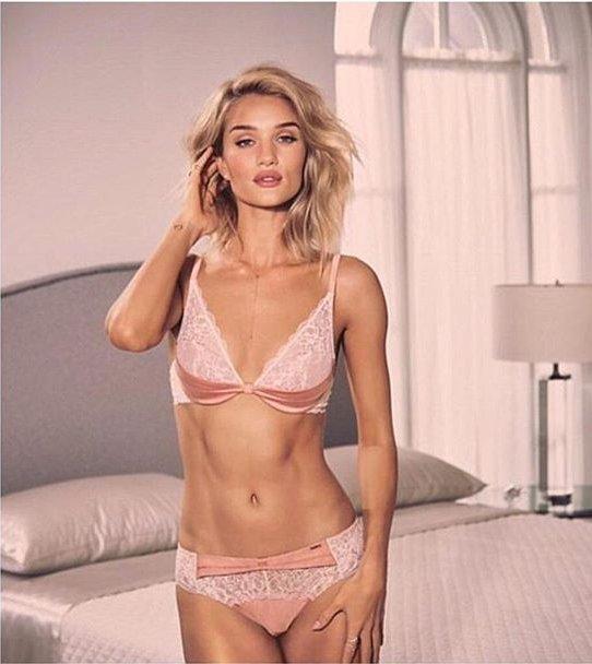 Соблазнительная Роузи Хантингтон-Уайтли демонстрирует идеальную фигуру в рекламе нижнего белья