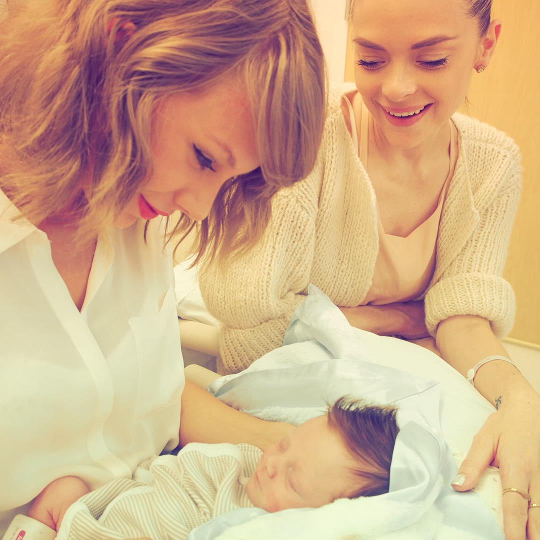 Тейлор Свифт стала крестной мамой
